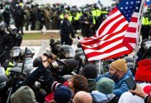 Xô xát giữa cảnh sát và người biểu tình bên ngoài tòa nhà quốc hội Mỹ ngày 6.1 AFP
