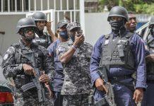 """Thế giớiPhân tíchThứ bảy, 10/7/2021, 00:00 (GMT+7) Thế giới chật vật tìm giải pháp cho Haiti Những lần can thiệp quân sự vào Haiti trước đây không giải quyết được khủng hoảng, buộc quốc tế phải tìm giải pháp mới sau khi Tổng thống Moise bị ám sát. Khi tổng thống Haiti Jean Vilbrun Guillaume Sam bị ám sát vào năm 1915, Mỹ đã nhanh chóng đưa quân vào quốc gia vùng Caribe này và chiếm đóng trong 19 năm. Đến năm 1994, Mỹ lại đổ quân tới quốc đảo này trong chiến dịch """"Duy trì Dân chủ"""", nhằm khôi phục chức vụ cho một tổng thống bị quân đội Haiti lật đổ. Sau nhiều lần can thiệp khác của phương Tây, Haiti vẫn là quốc gia nghèo đói nhất Tây Bán cầu, đắm chìm triền miên trong hỗn loạn, bạo lực và thiên tai. Quốc gia bị tàn phá bởi các cuộc khủng hoảng chính trị, kinh tế và an ninh, trong khi thủ đô Port-au-Prince chứng kiến sự hoành hoành của các băng đảng tội phạm. Cuộc khủng hoảng ở Haiti có nguy cơ lên đến đỉnh điểm sau khi Tổng thống Jovenel Moise bị ám sát hôm 7/7, để lại khoảng trống quyền lực không thể được giải quyết bằng hiến pháp. Giới chuyên gia cho rằng đã đến lúc cộng đồng quốc tế cần có những giải pháp mới cho khủng hoảng ở nước này. Cảnh sát Haiti tại Port au Prince ngày 8/7. Ảnh: AFP. Cảnh sát Haiti tại Port au Prince ngày 8/7. Ảnh: AFP."""